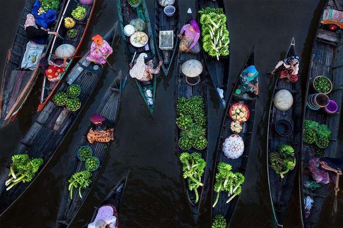 Со снимком «Плавучий рынок» фотографу Сине Фалькер (Sina Falker) удалось занять 1-е место в номинации «Хрупкий лед».