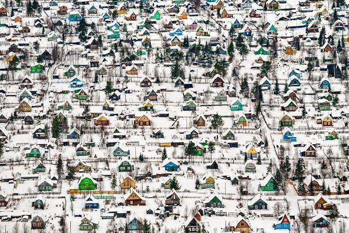 1-е место в номинации «Архитектура и городские пейзажи» занял снимок «Игрушечные домики» фотографа Федора Савинцева (Fyodor Savintsev).