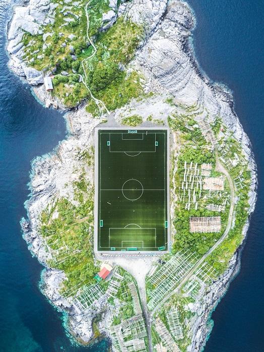 Снимок «Футбольное поле Хеннингсвара» фотографа Миши Де-Строева (Misha De-Stroyev) занял 2-е место в категории «Архитектура и городские пейзажи».