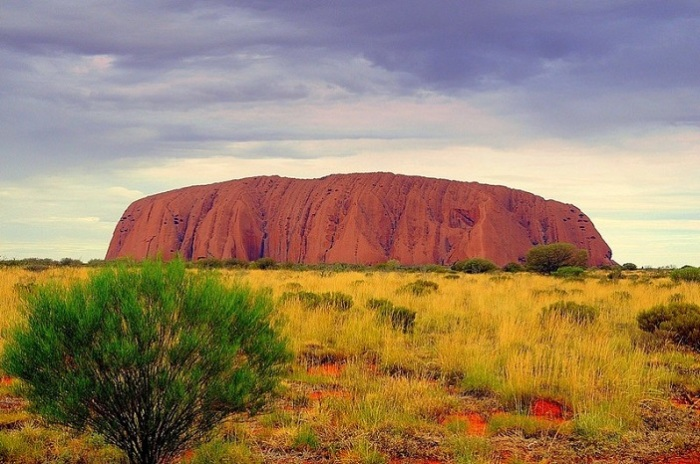 Cамая большая и самая древняя в мире оранжево-коричневая скала-монолит.