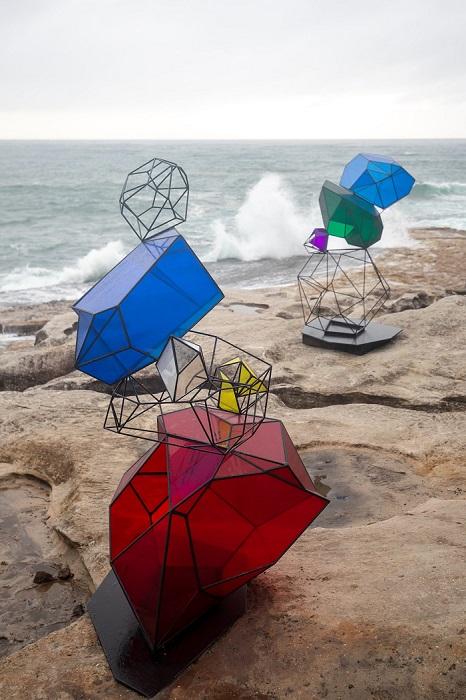 Многокомпонентная работа итальянско-австралийского художника Алессандро Росси. Автор фотографии: (Charlotte Curd) Шарлотта Гурд.