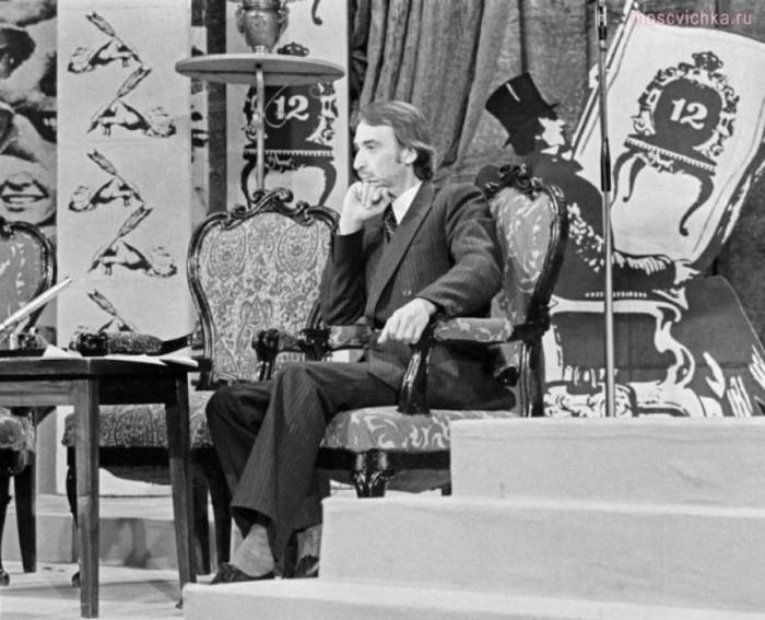 Поэт-пародист, ведущий телевизионной передачи «Вокруг смеха», 1979 год.