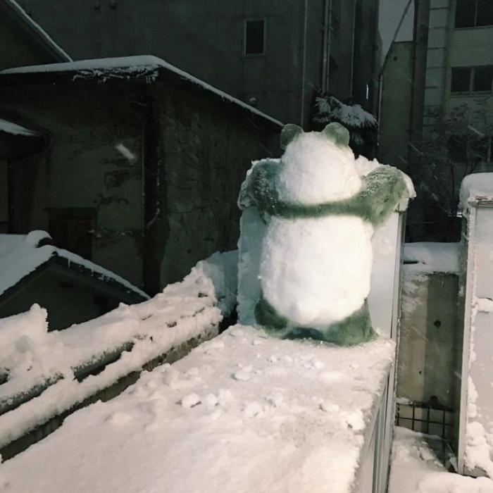 Снежная скульптура выглядит довольно убедительно, кажется, что панда вот-вот продолжит свой путь.
