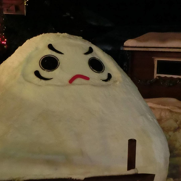 Видимо, сегодня у гигантской снежной кучи плохое настроение.