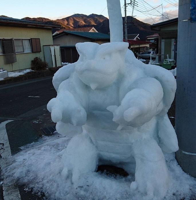 Искусно вылепленный из снега герой компьютерной игры.