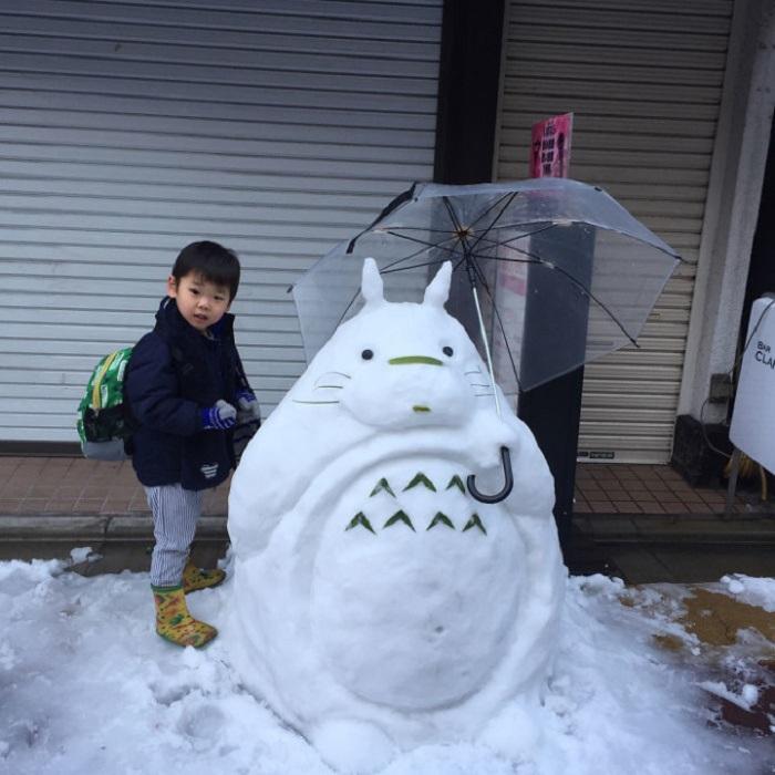 Придуманного мультипликатором Хаяо Миядзаки большого хранителя леса вылепили из снега.