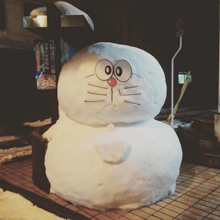 Странный снеговик, появившийся на тротуаре возле японского магазина.