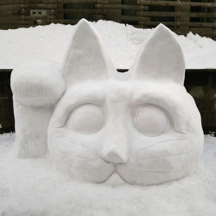 Распространенную японскую фигурку кота удачи искусно вылепили из снега.