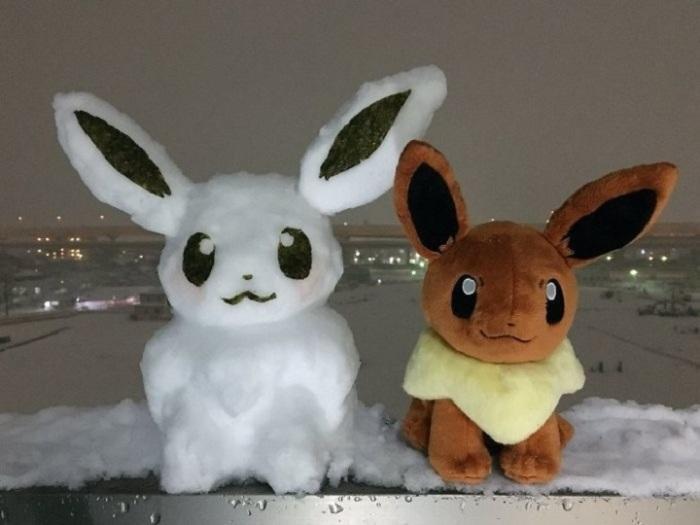 «Лицо» и уши снежной скульптуры покемона украсили с помощью нори, которые используются для приготовления суши.