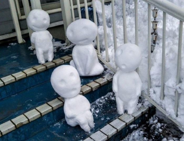 Духи деревьев, искусно выполненные из снега, временно поселились на ступеньках возле дома.