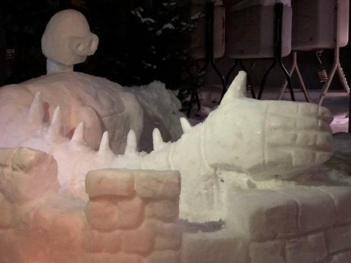 Еще один из мультипликационных героев, которых так любят японцы, талантливо вылепленный из снега.