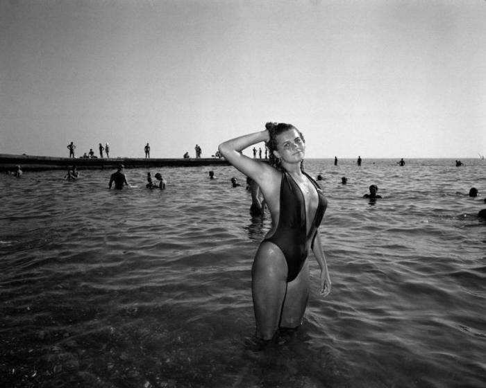 Красивая девушка позирует в морских волнах.