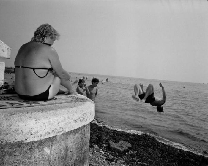 Молодые люди соревнуются на морском берегу.