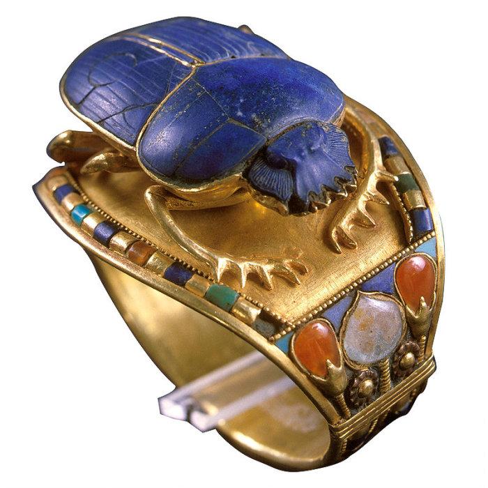 Золотой браслет, часть которого выполнена в виде скарабея, символа утреннего солнца.