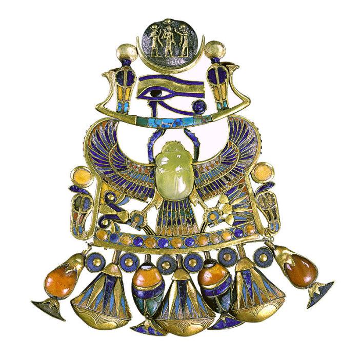Золотой кулон инкрустирован полудрагоценными камнями и цветным стеклом.
