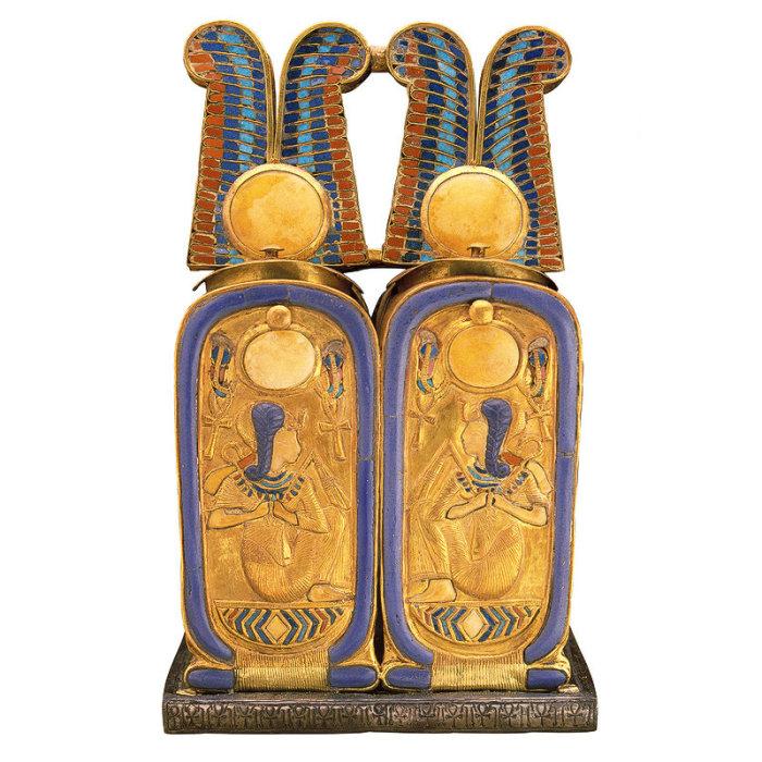 Золотой ларец на серебряной подставке с изображением фараона.