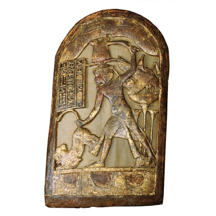 На щите изображено уничтожение Тутанхамоном своих врагов.