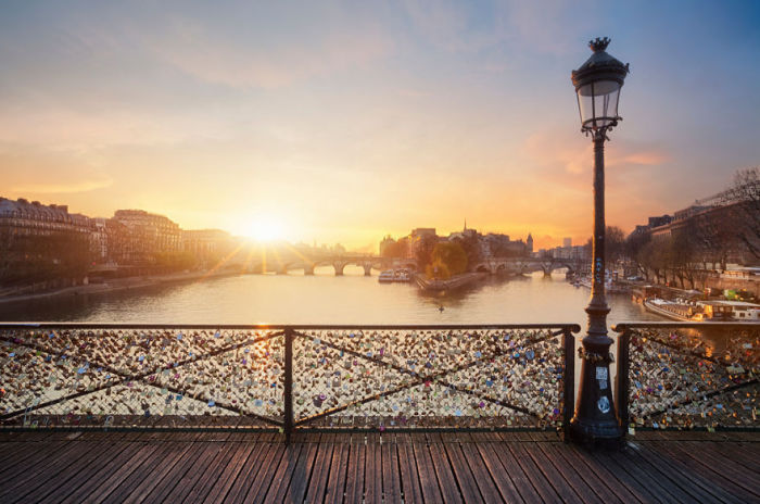 Вечер на самом романтичном мосту Парижа.