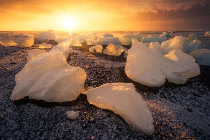 Глыбам льда, которые сползают в лагуну, — сотни тысяч лет.