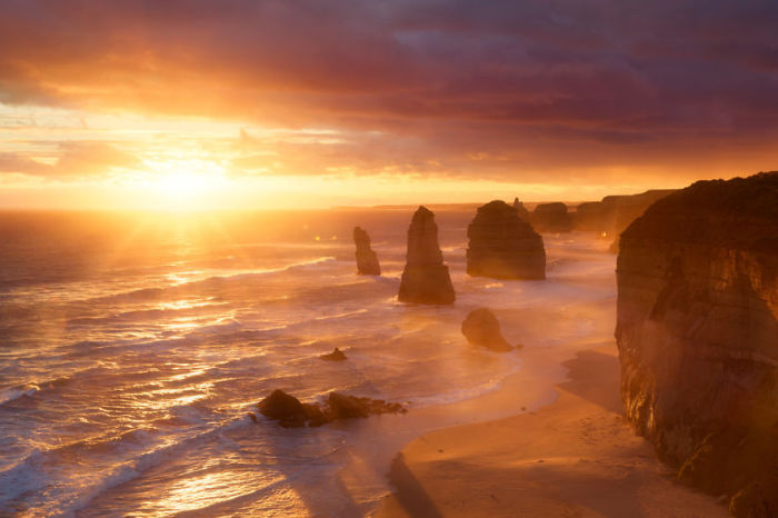 Величественные скалы словно защищают австралийский берег.