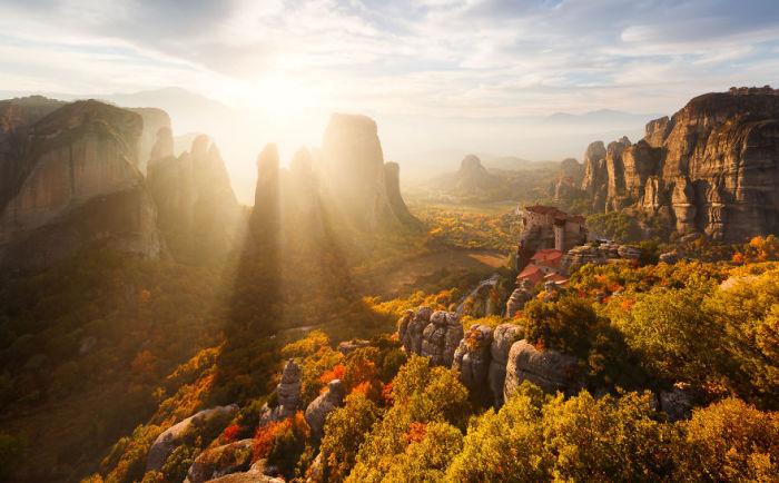 Комплекс монастырей, расположенный на вершинах скал Фессалии в северной части Греции.