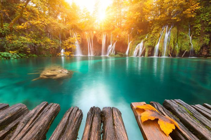Поражают своей чистой и прозрачной изумрудной водой.