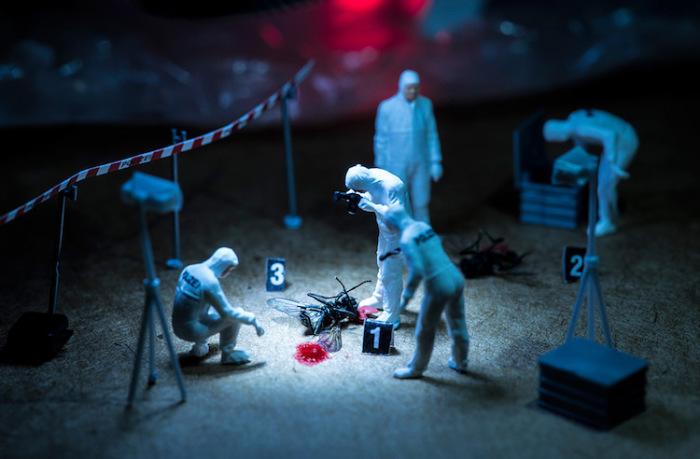Мини-макеты людей изображающих специальных агентов, которые ведут расследование. Автор фотографии: Peter Csakvari, Венгрия.