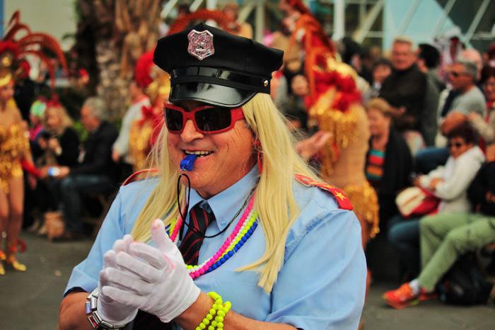 Женщина при исполнении своих обязанностей на карнавале. Автор фотографии: Jari Siltala, Финляндии.
