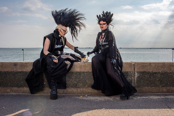 Мужчина и женщина в черных одеждах являются представителями готической культуры. Автор фотографии: Peter Dench, Великобритания.