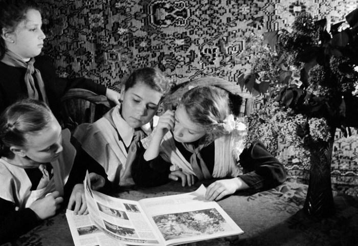 Советские школьницы рассматривают новый журнал.