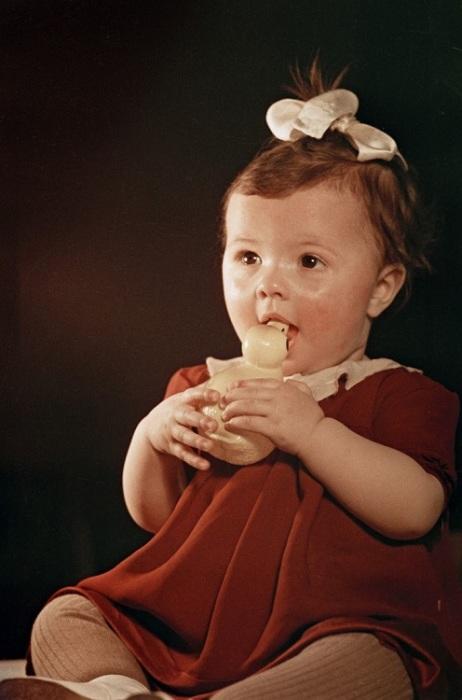Один из вариантов стандартного снимка с игрушкой в фотоателье СССР.