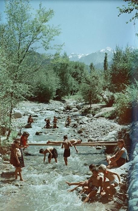 Детишки из пионерского лагеря плещутся  в прохладной воде горной реки.