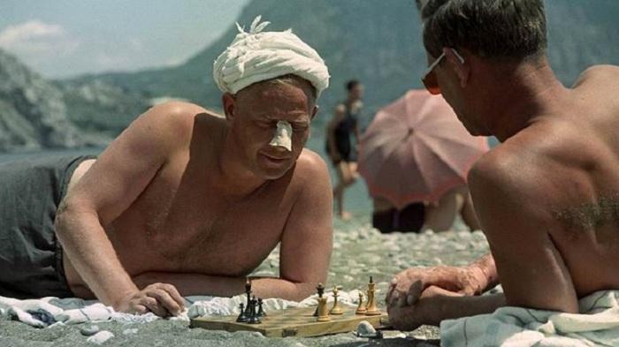 Шахматная партия на песчаном берегу моря.