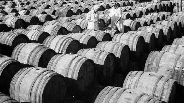 Именно на полуострове размещались крупнейшие винные заводы СССР – «Массандра», «Коктебель» и Инкерманский завод.