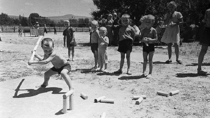 Зарядка по утрам входила в обязательную программу отдыха, как и разнообразные игры и развлечения у воды.