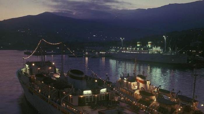 Ночной ялтинский порт – огромные освещенные суда на фоне величественных гор.