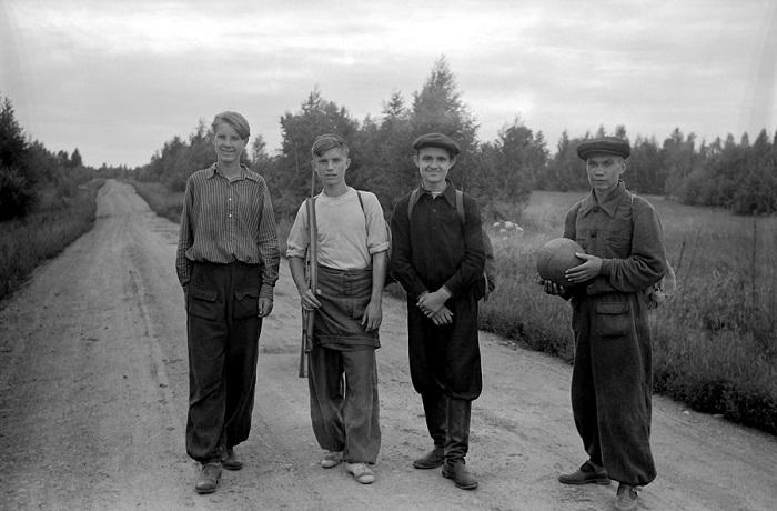 Поход с одноклассниками - увлекательное времяпрепровождение советской молодежи.