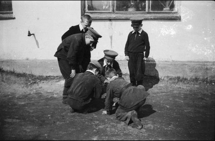 Игра в чику на школьном дворе, Пермь, 1958 год.