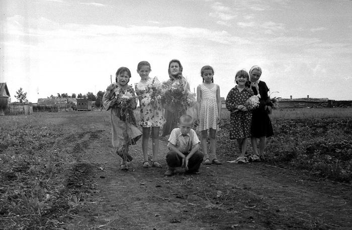 Маленькие жители советской деревни.