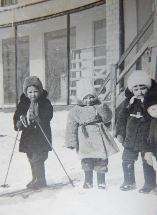 В советское время каждый ребенок от мала до велика умел кататься на лыжах.