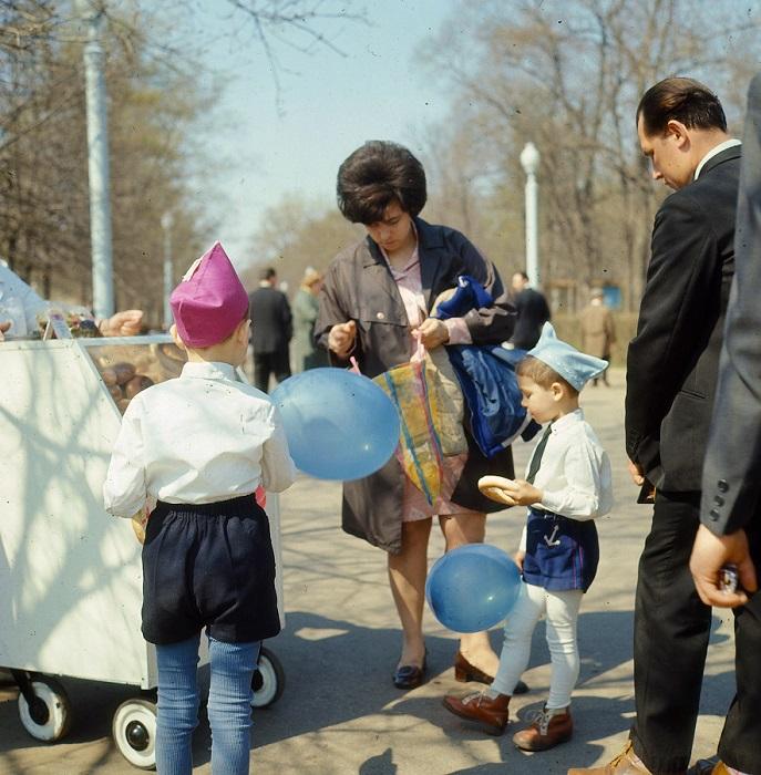Воскресный отдых советских людей. Пакрк «Сокольники», Москва, 1969 год.