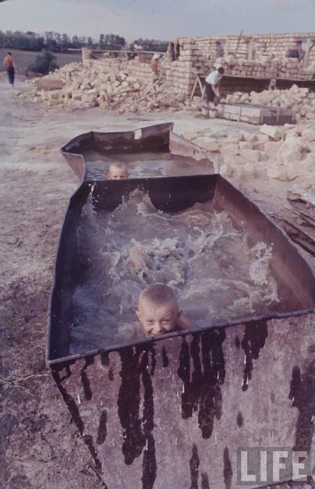 Радостный момент летнего купания у детей.