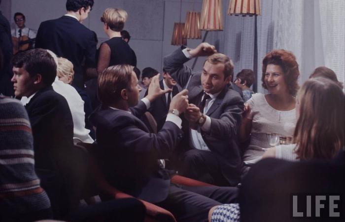 В кафе не только перекусывали между парами, но и спорили до хрипоты.