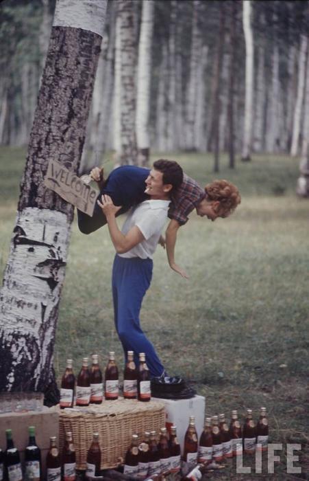 Молодые люди на отдыхе в лесу.
