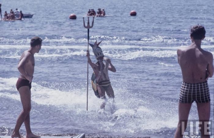 Радостная молодёжь встречает Нептуна.