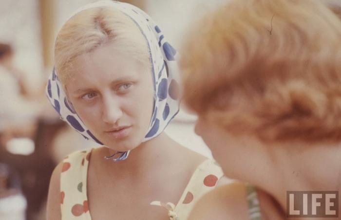 Огромнейшую популярность в 60-х  приобрела ткань в крупный горох.