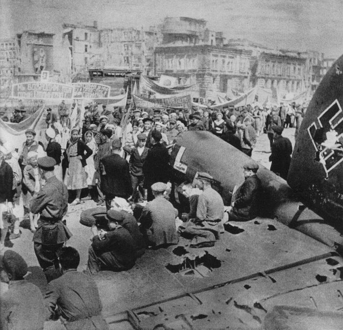 В кадре, запечатлевшем Первомайскую демонстрацию в Сталинграде, видно хвост сбитого немецкого бомбардировщика Heinkel He 111.
