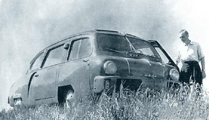 Конструктор автомобилей Юрий Долматовский рядом со своим экспериментальным детищем НАМИ-013.