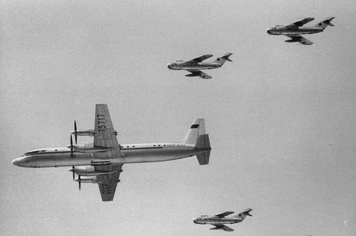 4 самолета сопровождают пассажирский Ил-18 во время перелета Москву с Юрием Гагариным на борту.