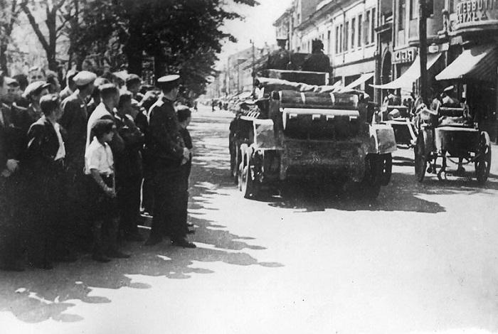 Жители города провожают взглядами части Красной Армии, вступившие на улицы Каунаса.